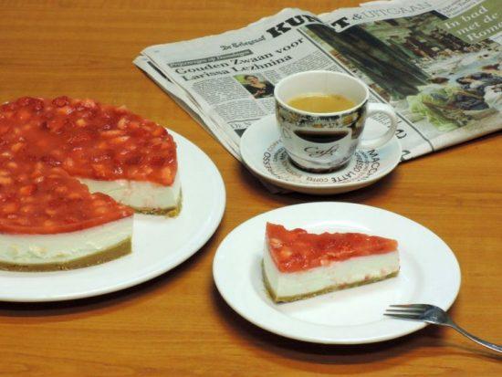 Frisse plattekaastaart met aardbeien en limoen