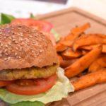 Jamies pikante maïs-kikkererwtenburgers met smoky zoete aardappel – HelloFresh
