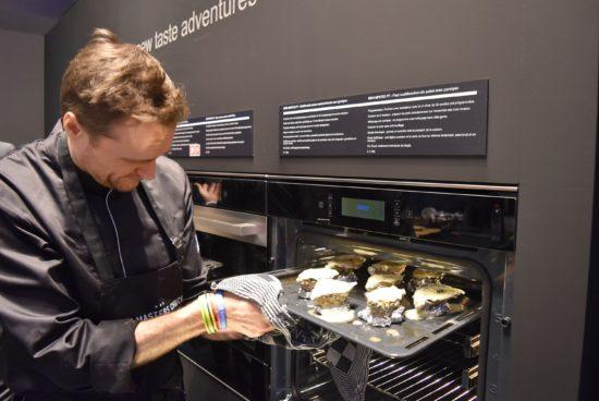 Filip Claeys kookt met Bauknecht op Batibouw 2017.
